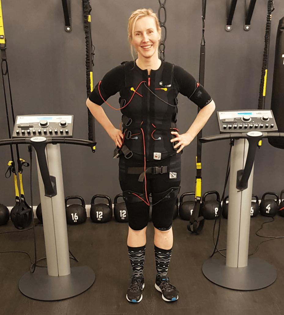 Weniger-Rückenschmerzen-durch-EMS-Training-in-Hamburg-bei-JustFit-Rückenschule-Rückenschmerzen-Training-Rückenübungen-929x1030-min